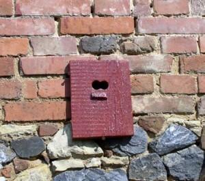 Uzavřený výklenek ve zdi – hnízdo pro rehky, vrabce i sýkory